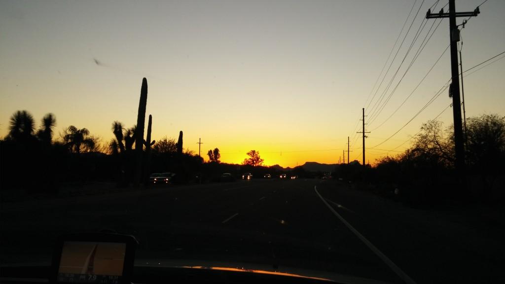 Solnedgång på vägen, någonstans i Arizona.
