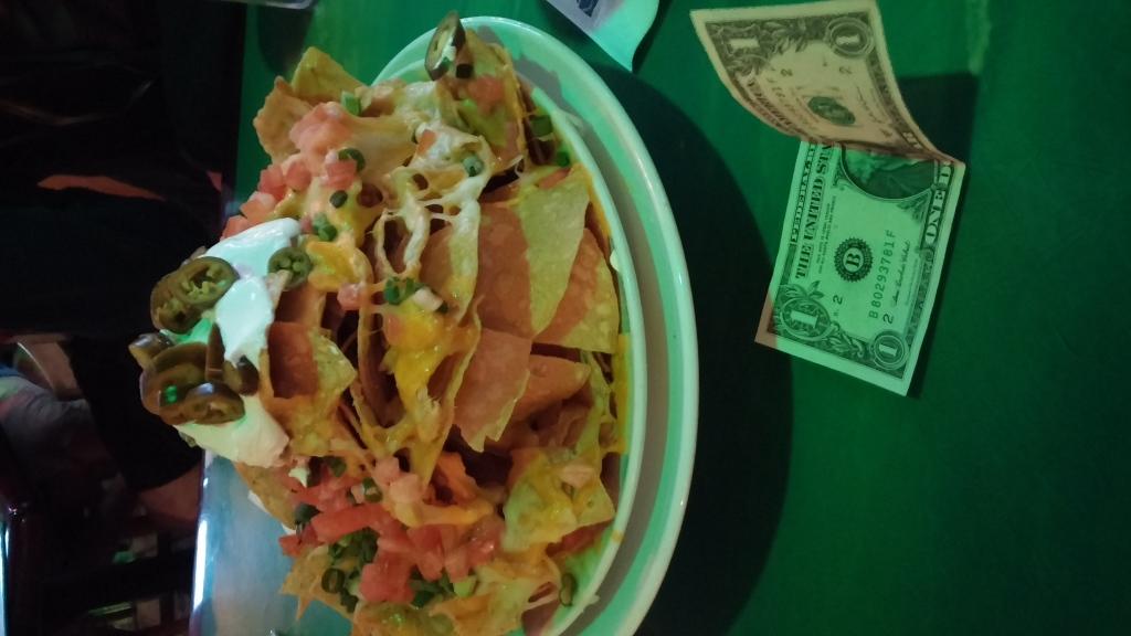 Ett berg av nachos, dollarsedlar för skala