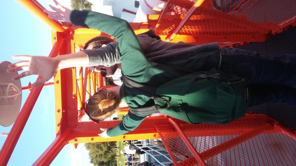 Martin och Anki simulerar tyngdlöshet