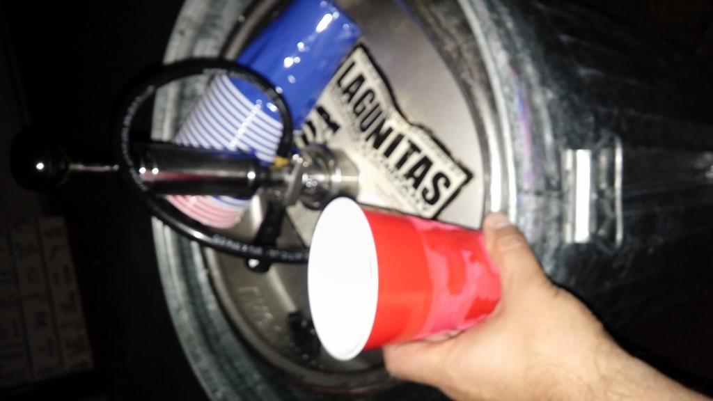 Öl ur keg i röd plastmugg, precis som det ska vara!
